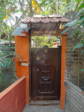 Meadow View Inn: Entrance to a little hidden paradise