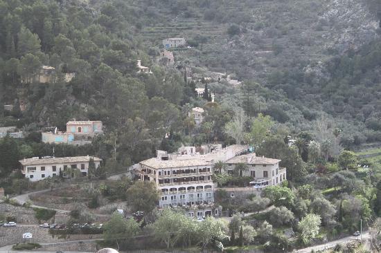 Es Moli Hotel: Blick von Deia zum Hotel