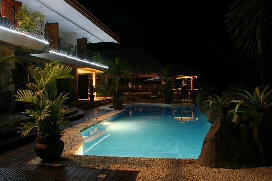 Hotel Pumilio: Hotel bei Nacht