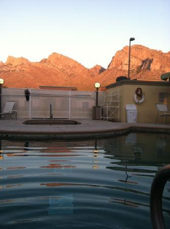 Fairfield Inn & Suites Tucson North/Oro Valley: pool side at sunset