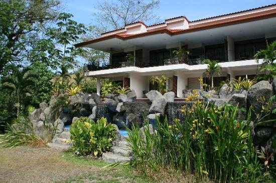 Hotel Pumilio: Blick vom Garten über Poolbereich und das Hotel