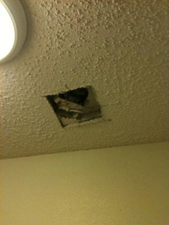 Super 8 Kinder LA : Hole in bathroom ceiling