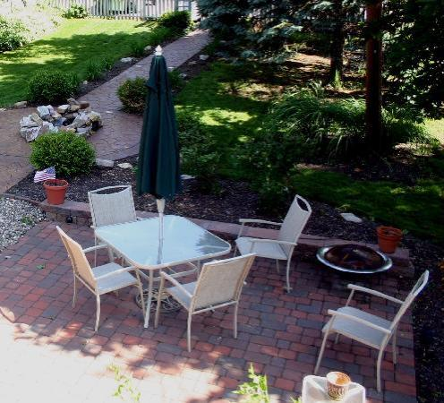 Springfield House Bed and Breakfast: Relax on the patio