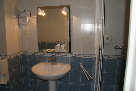 Hotel L'ideal Le Mountbatten: salle de bains