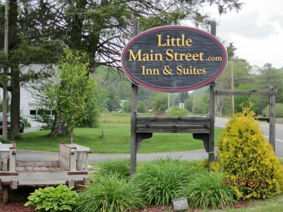 Little Main Street Inn: Entrance to Inn