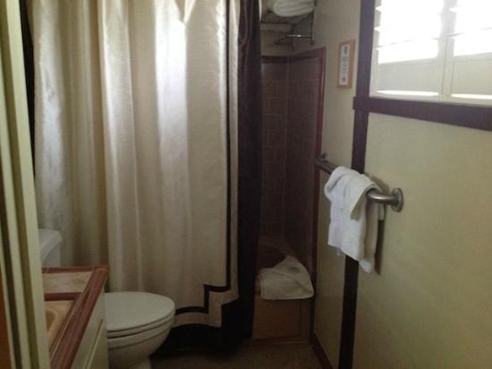 El Pueblo Inn: Bath