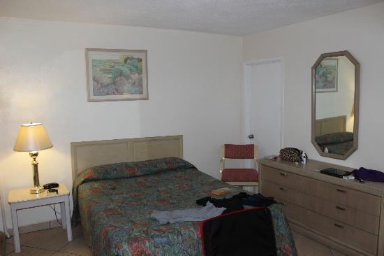 Sundeck Motel: großes Schlafzimmer mit Kühlschrank und Mikrowelle