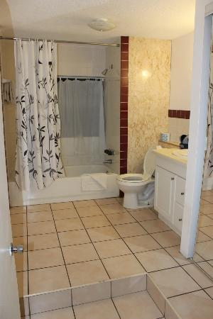 Sundeck Motel: geräumiges Badezimmer