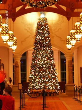 Disney's Coronado Springs Resort: Christmas tree in main lobby