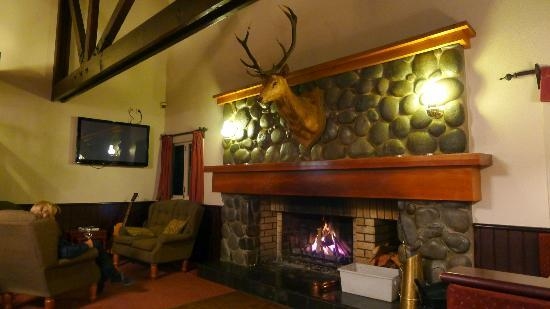 Turangi Bridge Motel: Bridge Restaurant and Bar area - relaxing
