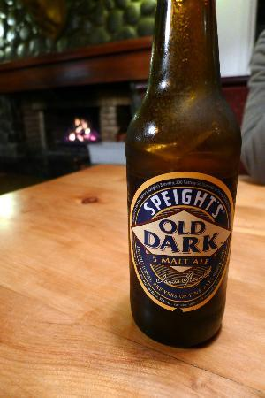 Turangi Bridge Motel: Beer at the Bar - Bridge Restaurant