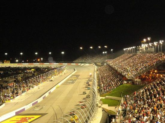 Darlington, Karolina Południowa: Night view of Nascar action from Pearson stands Row 28