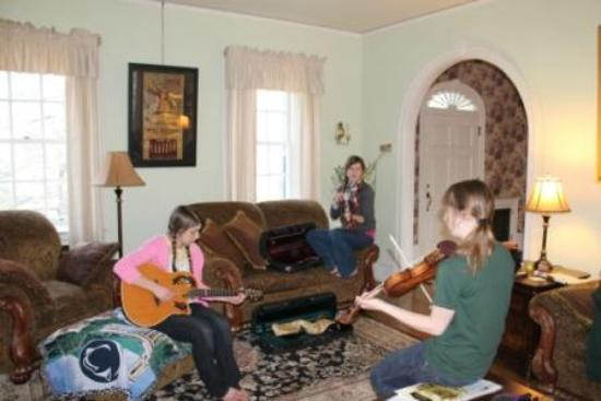 Stony Point Bed & Breakfast: Playing music in the living room.