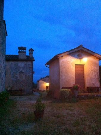 B&B La Canonica di San Michele: outhouse by night