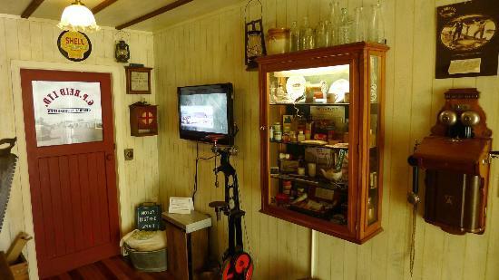 Taupo Museum: Corner (dairy) Store display