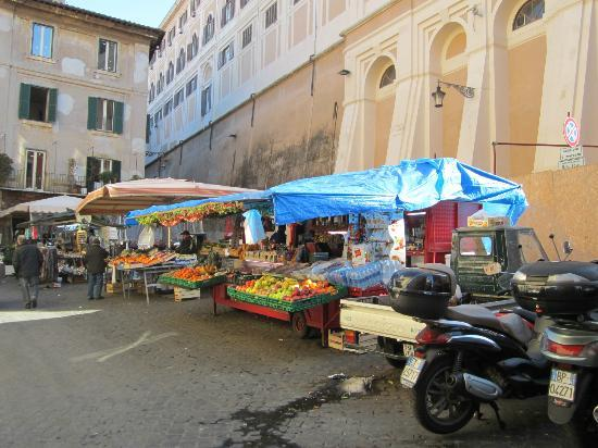 Trevi 41 Hotel: Turn left coming out of the hotel and this little market is around the corner