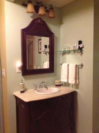 Brookside Mountain Mist Inn: Main vanity in Pine Needles