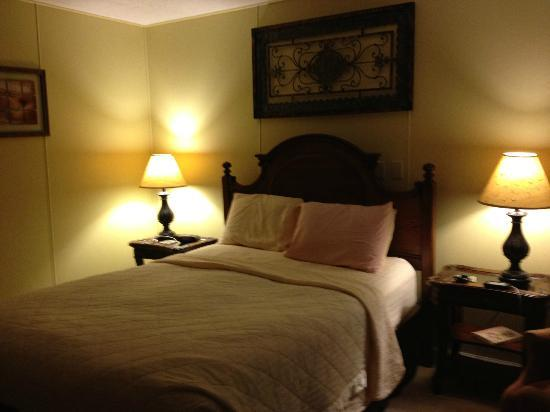 Brookside Mountain Mist Inn: Queen size bed in Pine Needles