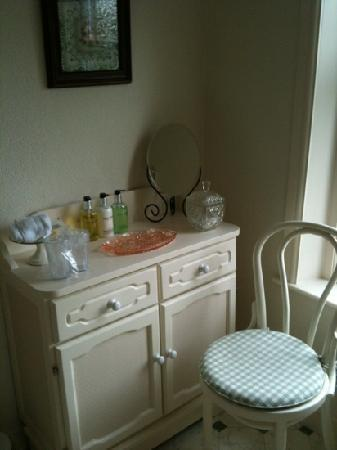 Hedgefield Guest House: part of the bathroom