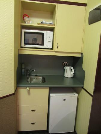 97 Motel Moray: The mini kitchen