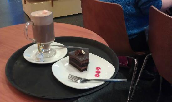 Butlers Chocolate Café, Grafton Street: Gateau and hot chocolate with marshmallows at Dublin Airport