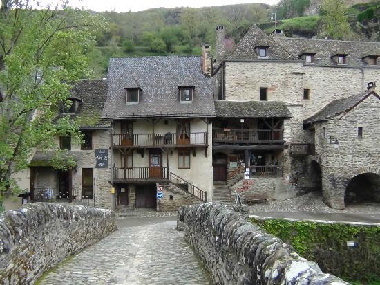 Hôtel Restaurant du Vieux Pont: à gauche l'entrée du restaurant et l'accueil