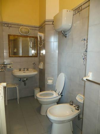 Hotel Merlini: Bathroom