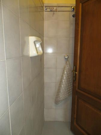 Hotel Merlini: Shower behind the door