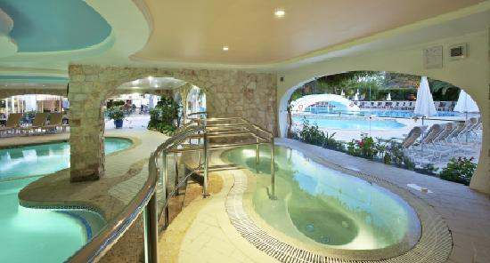 Four Seasons Country Club: Whirlpool overlooking Indoor and outdoor pool