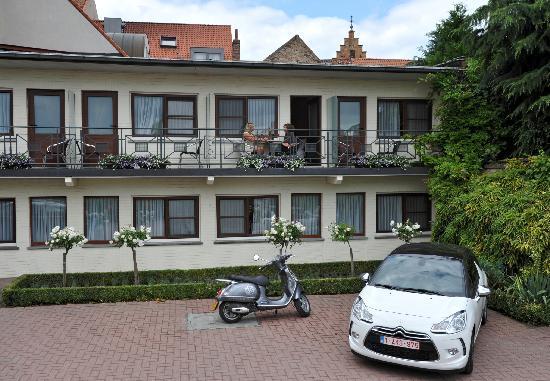 Flanders Hotel: Parking Facility
