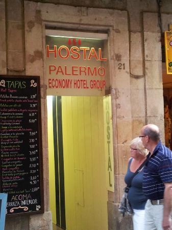 Hostal Palermo Barcelona: Vista de la Entrada