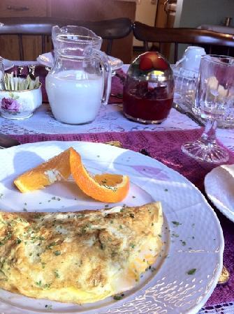 Blockhouse Hill Bed & Breakfast: 手作りのフワフワのオムレツ!中のチーズがとろけて最高に美味しい♪♪