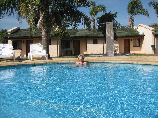 Termas del Arapey, Uruguay: pileta descubierta con bungalow de fondo
