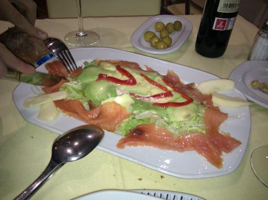 Oviedo : Ensalada de salmón con aguacate. Estaba rica