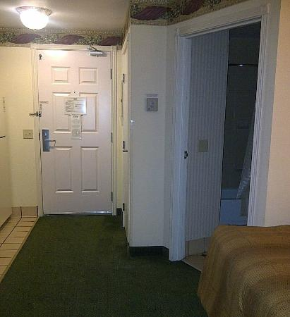 Candlewood Suites Tyler: Room entrance and bathroom