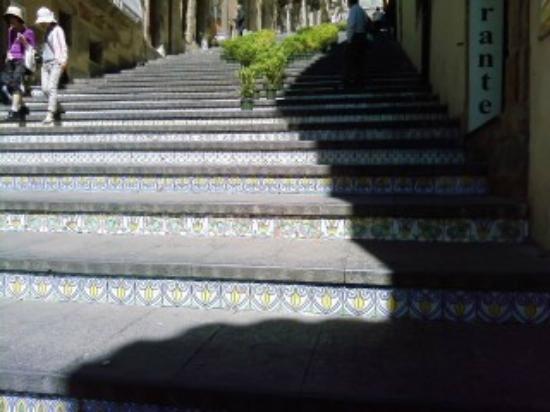 Particolari delle mattonelle decorate della scalinata di santa