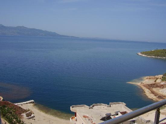 Hairy Lemon Hostel: Another view of the sea from our balcony - it's just a short 3 minute walk to the beach!
