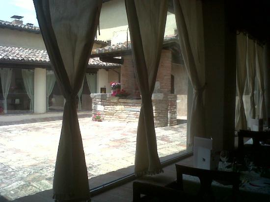 أبازيا دي كوليميديو: veduta del pozzo dal ristorante interno