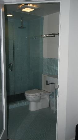 Venice Breeze Suites: Bathroom with amazing shower