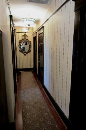 Daisy Polk Inn: hall