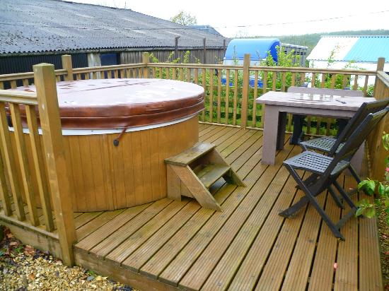 Hen Glyn: hot tub and small back garden