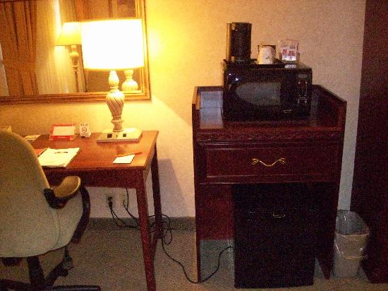 Lexington Hotel - Sudbury : Fridge and Microwave