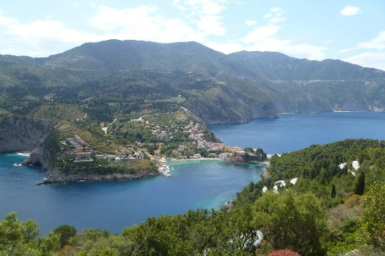 Braunis Horio: Assos, with the villas on the left.