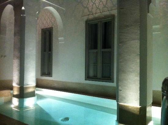 Riad Snan13: Patio con baño
