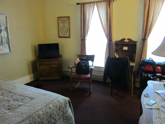 The Leland House and Rochester Hotel: Spacious interior of the Butch Cassidy Room