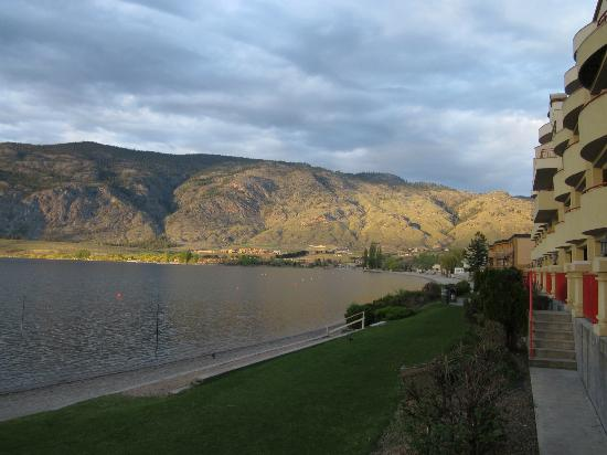 Holiday inn Hotel & Suites Osoyoos: Evening on the lake