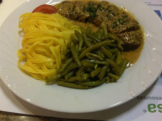 Cyrano: medallion of lamb with mustard sauce accompanied by green beans and noodles