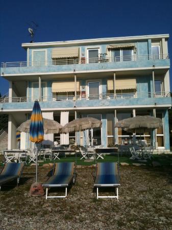 Hotel Astra Sirmione : retro dell'hotel a 10mt dal lago
