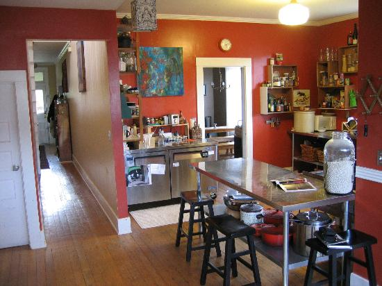 Tierra Soul Urban Farm Guesthouse: In the kitchen