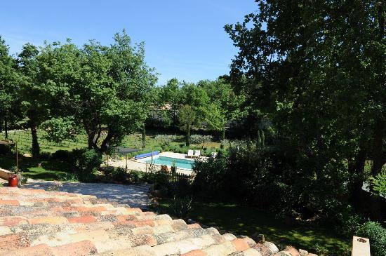 Le Clos Geraldy : La piscine au milieu du jardin